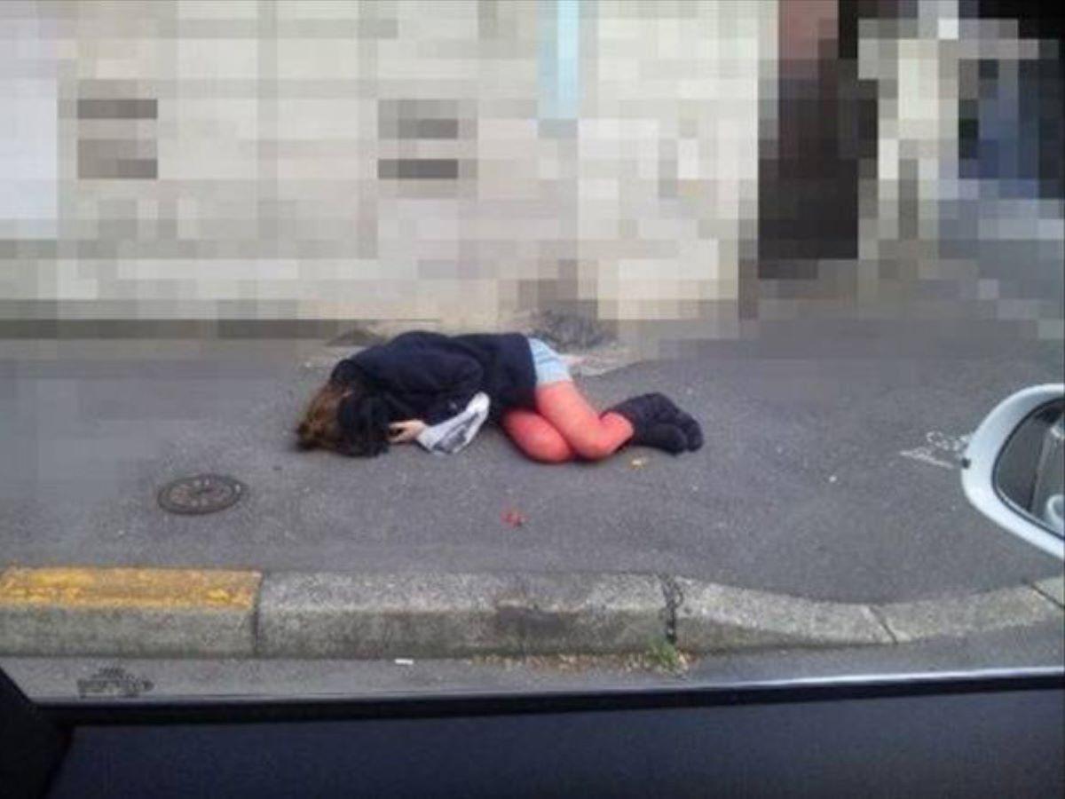 路上や電車で爆睡している泥酔した女のエロ画像 44