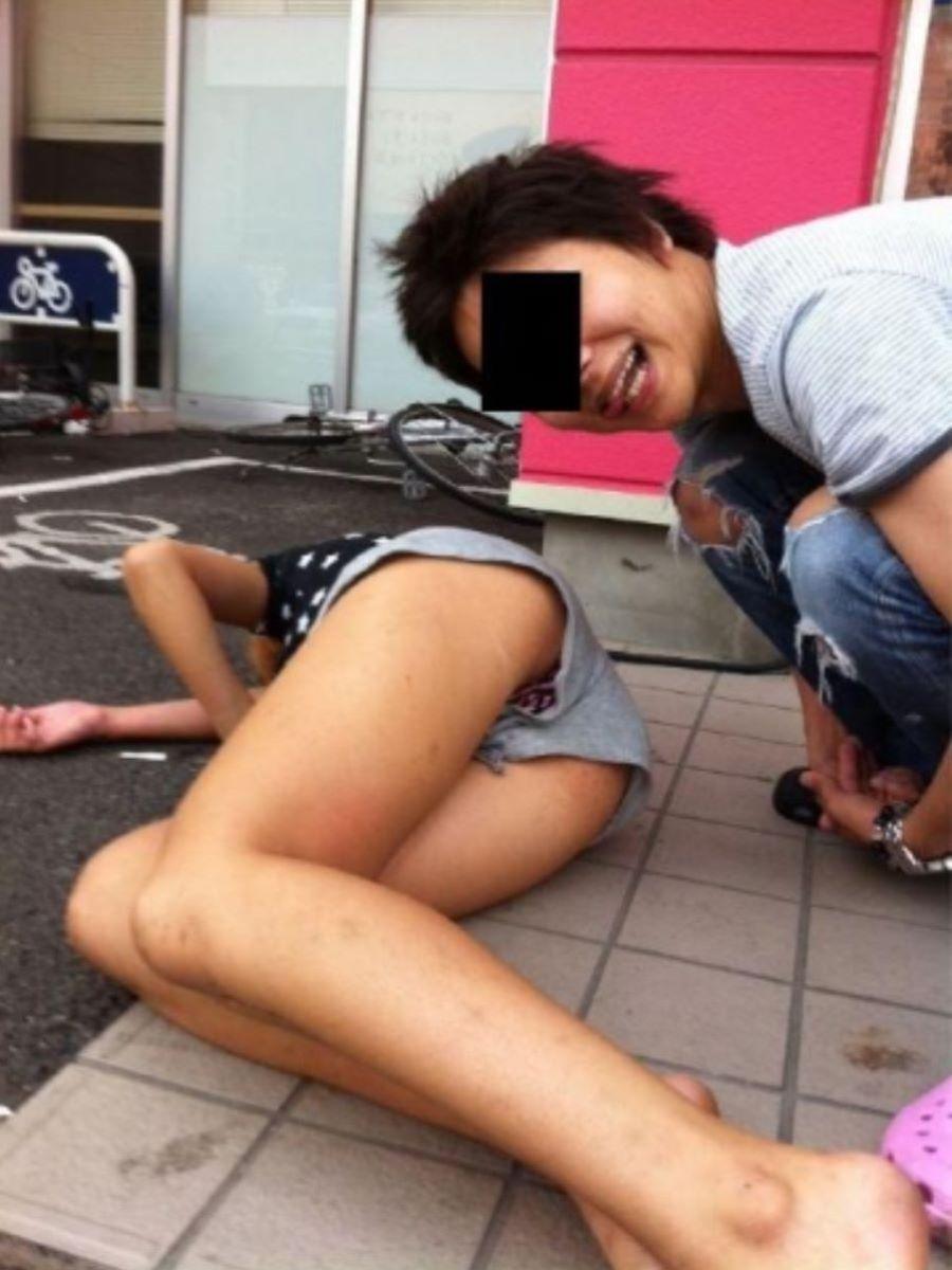 路上や電車で爆睡している泥酔した女のエロ画像 45