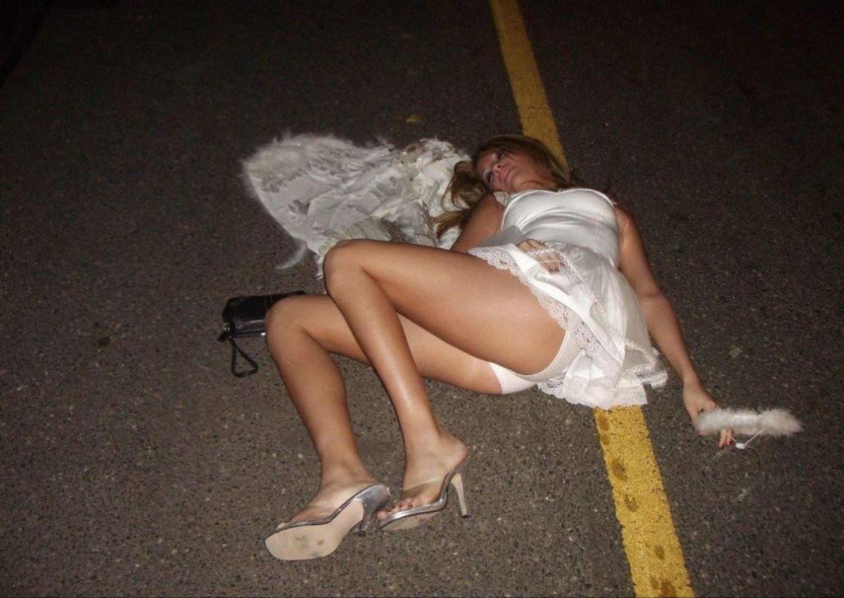 路上や電車で爆睡している泥酔した女のエロ画像 46