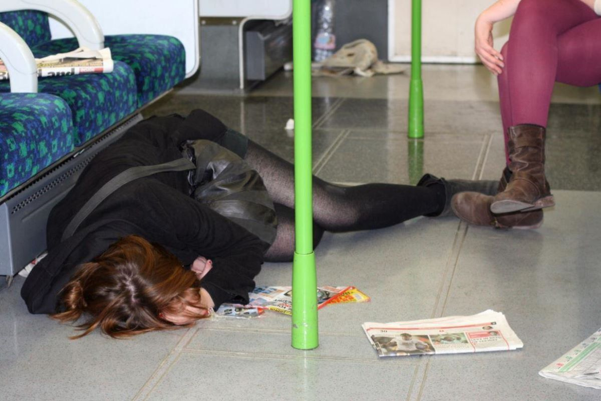 路上や電車で爆睡している泥酔した女のエロ画像 48