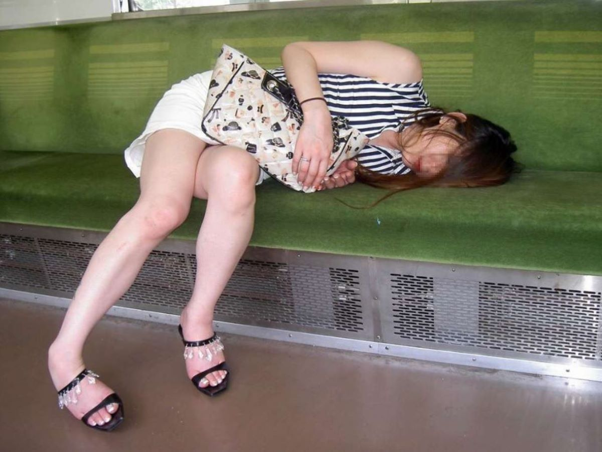 路上や電車で爆睡している泥酔した女のエロ画像 51