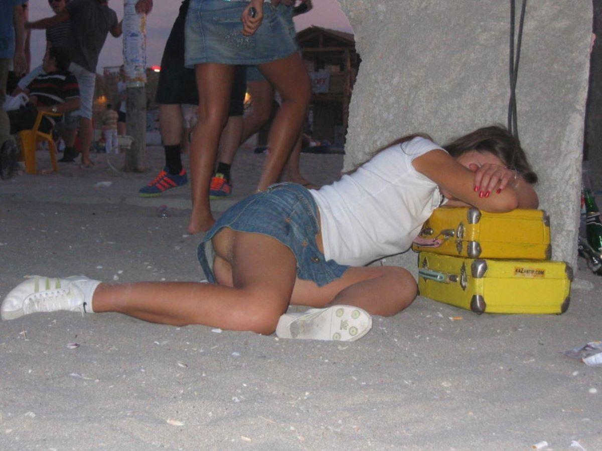 路上や電車で爆睡している泥酔した女のエロ画像 52