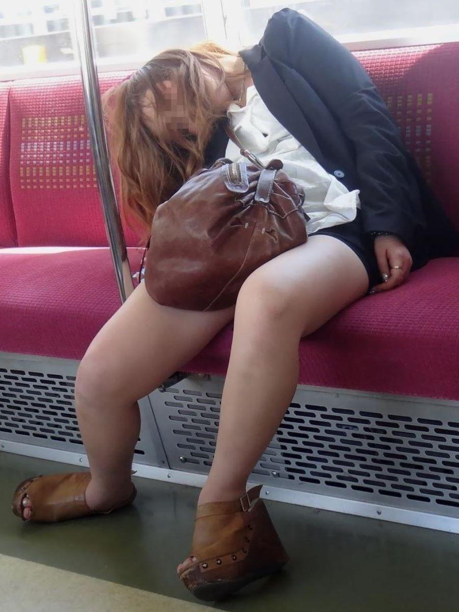 路上や電車で爆睡している泥酔した女のエロ画像 55