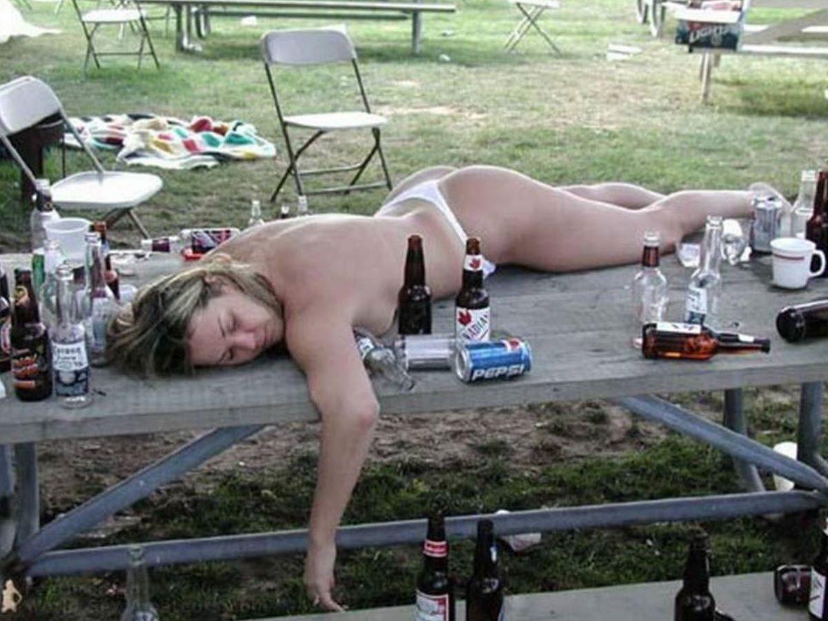 路上や電車で爆睡している泥酔した女のエロ画像 56