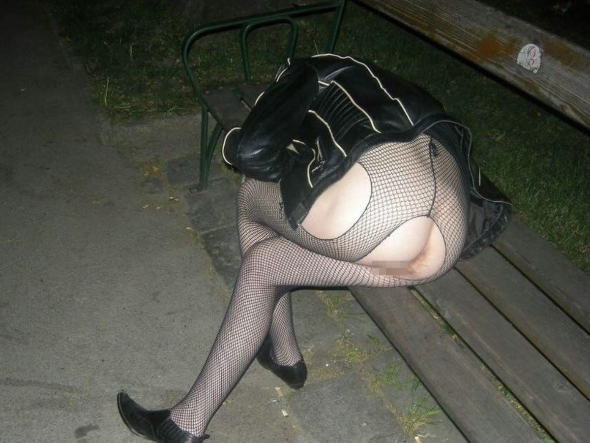 路上や電車で爆睡している泥酔した女のエロ画像 57
