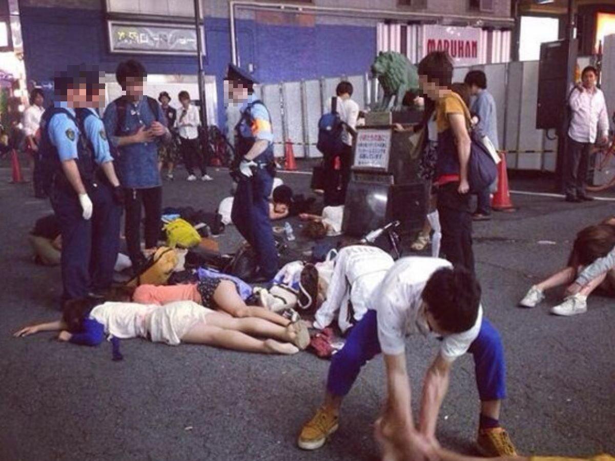 路上や電車で爆睡している泥酔した女のエロ画像 59