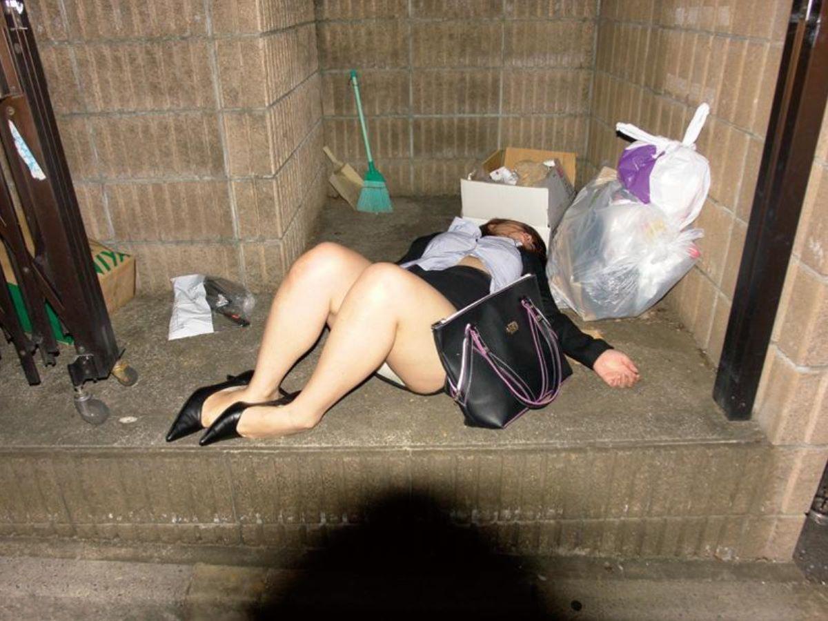路上や電車で爆睡している泥酔した女のエロ画像 60