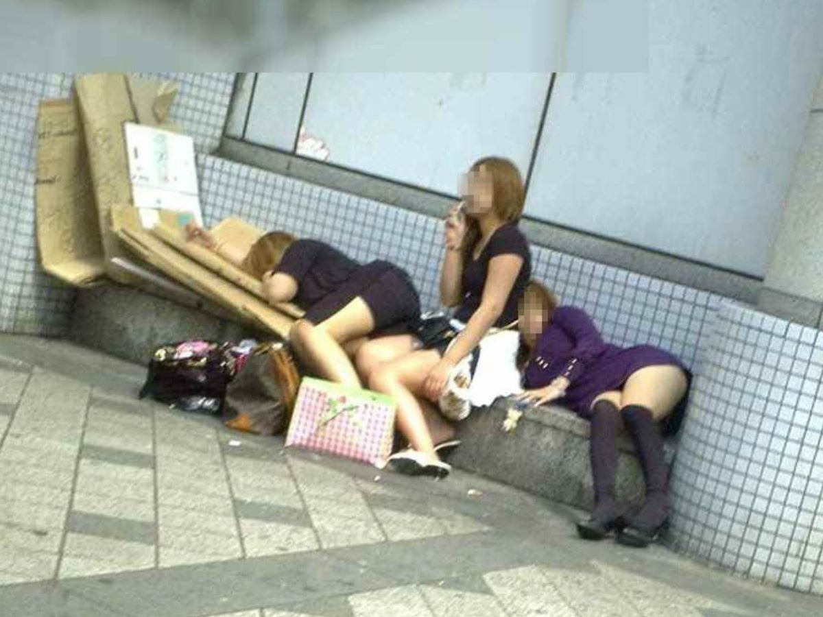 路上や電車で爆睡している泥酔した女のエロ画像 63