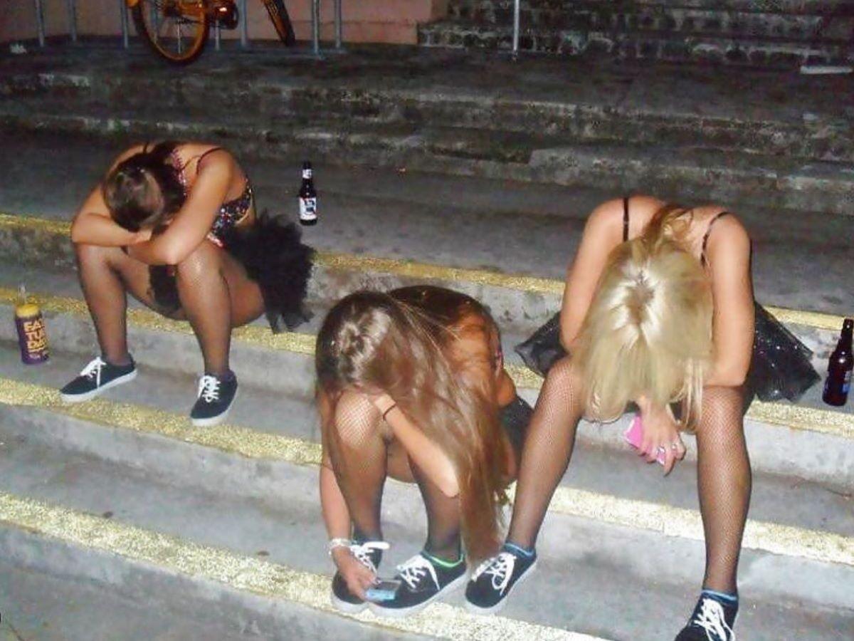 路上や電車で爆睡している泥酔した女のエロ画像 65
