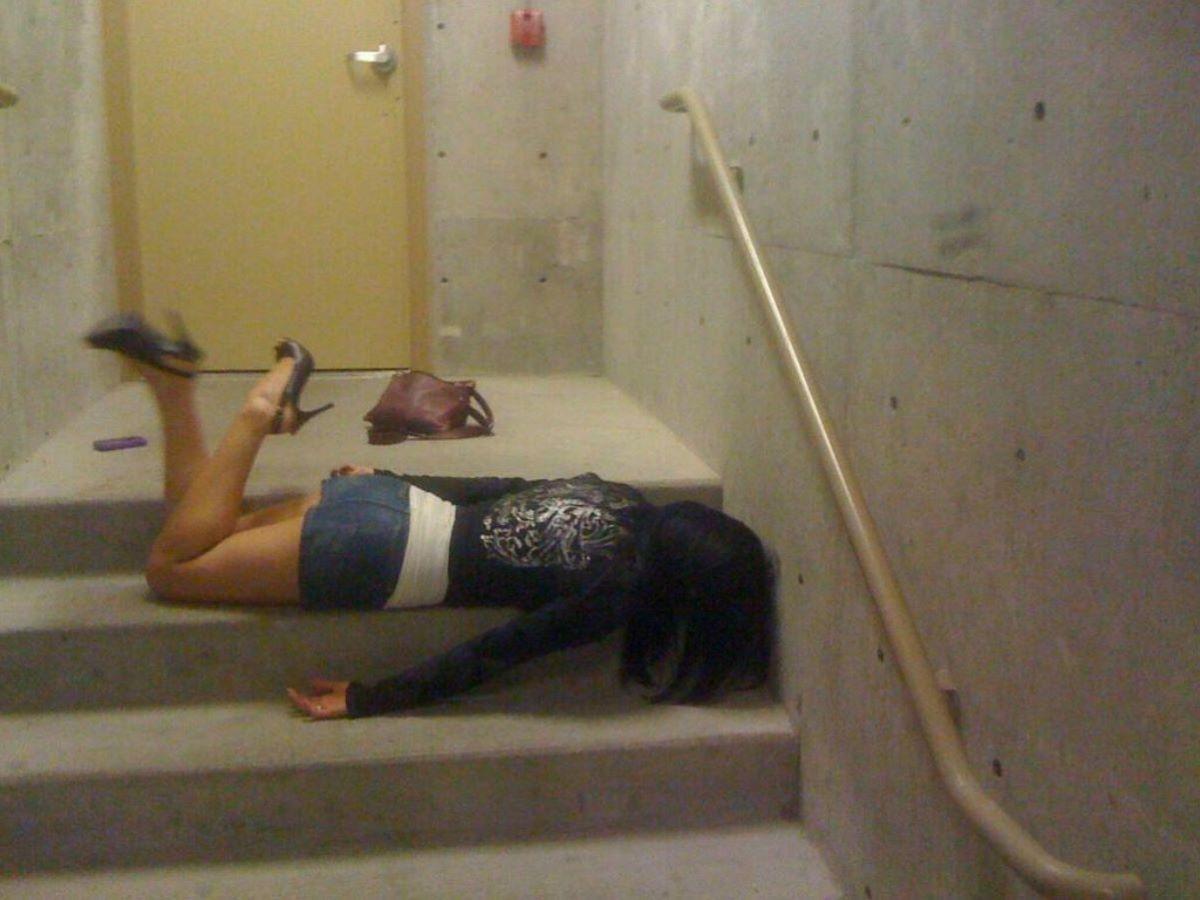路上や電車で爆睡している泥酔した女のエロ画像 67