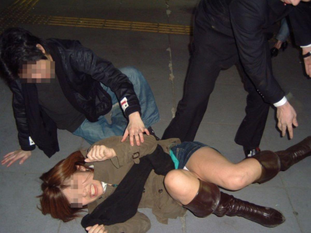 路上や電車で爆睡している泥酔した女のエロ画像 69