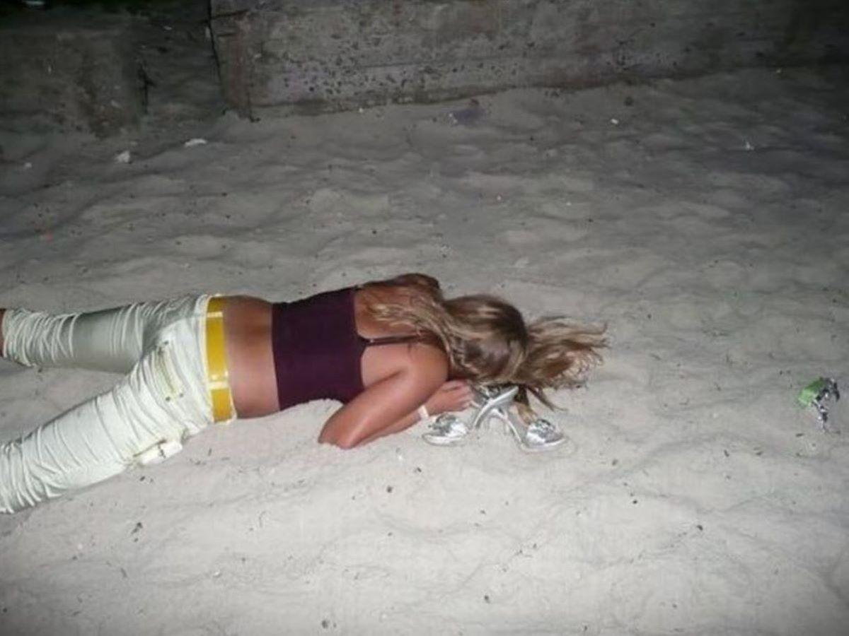 路上や電車で爆睡している泥酔した女のエロ画像 71