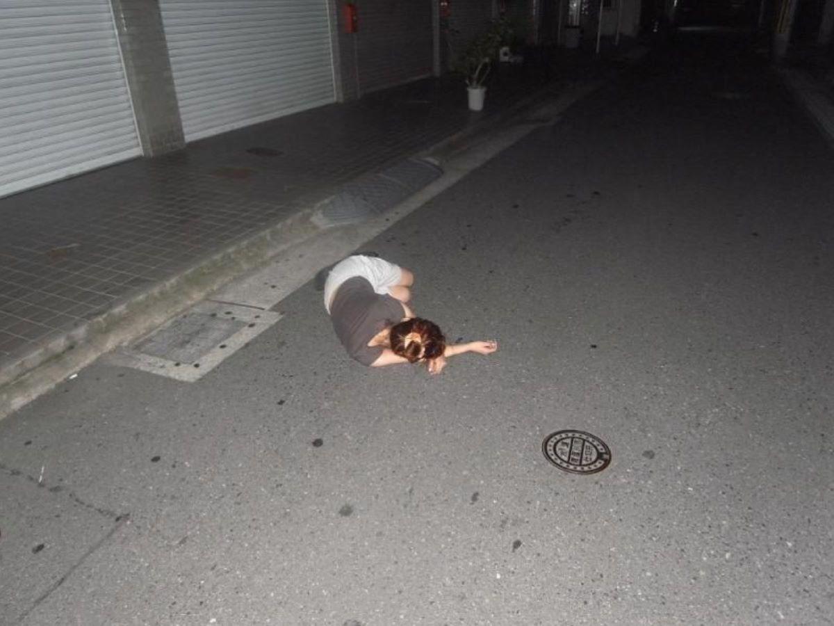 路上や電車で爆睡している泥酔した女のエロ画像 73