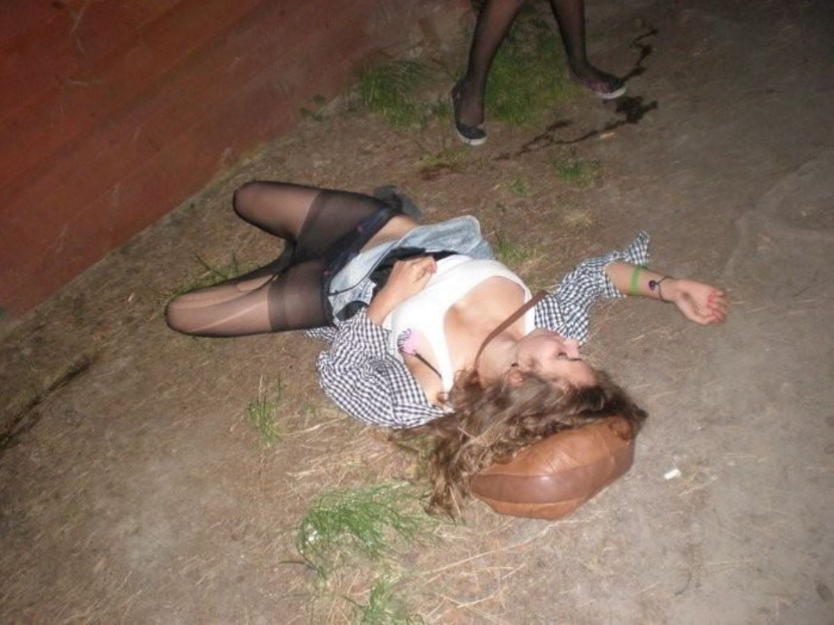 路上や電車で爆睡している泥酔した女のエロ画像 75