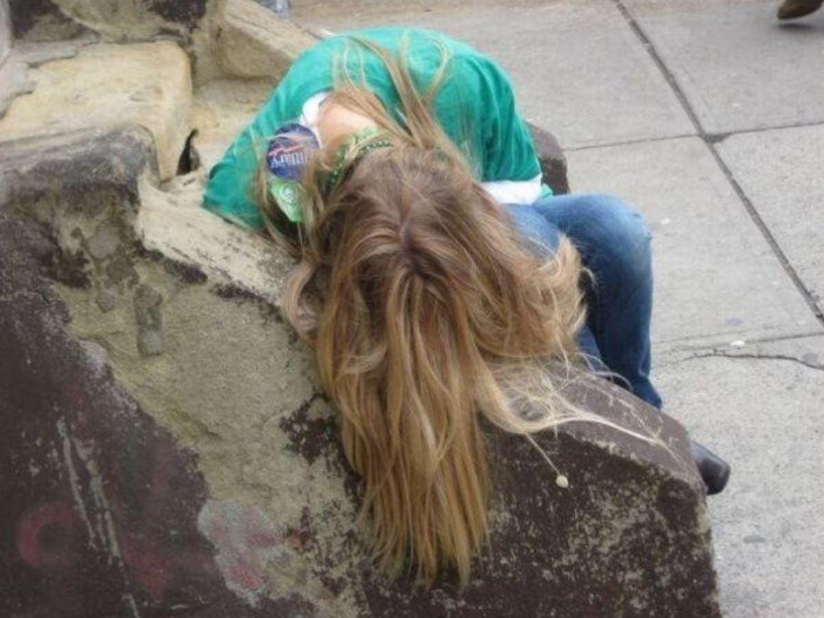 路上や電車で爆睡している泥酔した女のエロ画像 79