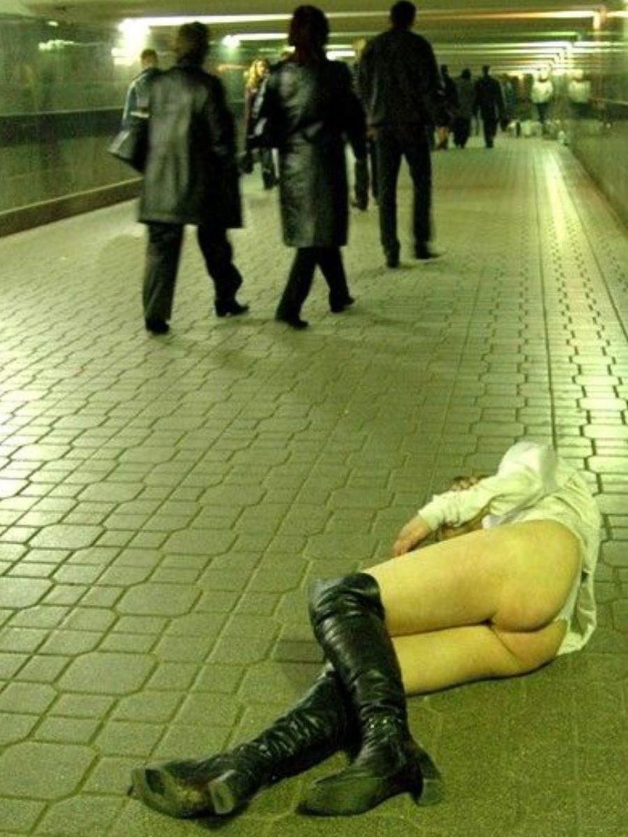 路上や電車で爆睡している泥酔した女のエロ画像 80