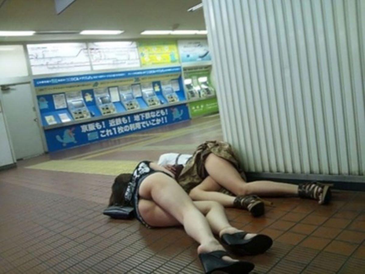 路上や電車で爆睡している泥酔した女のエロ画像 82