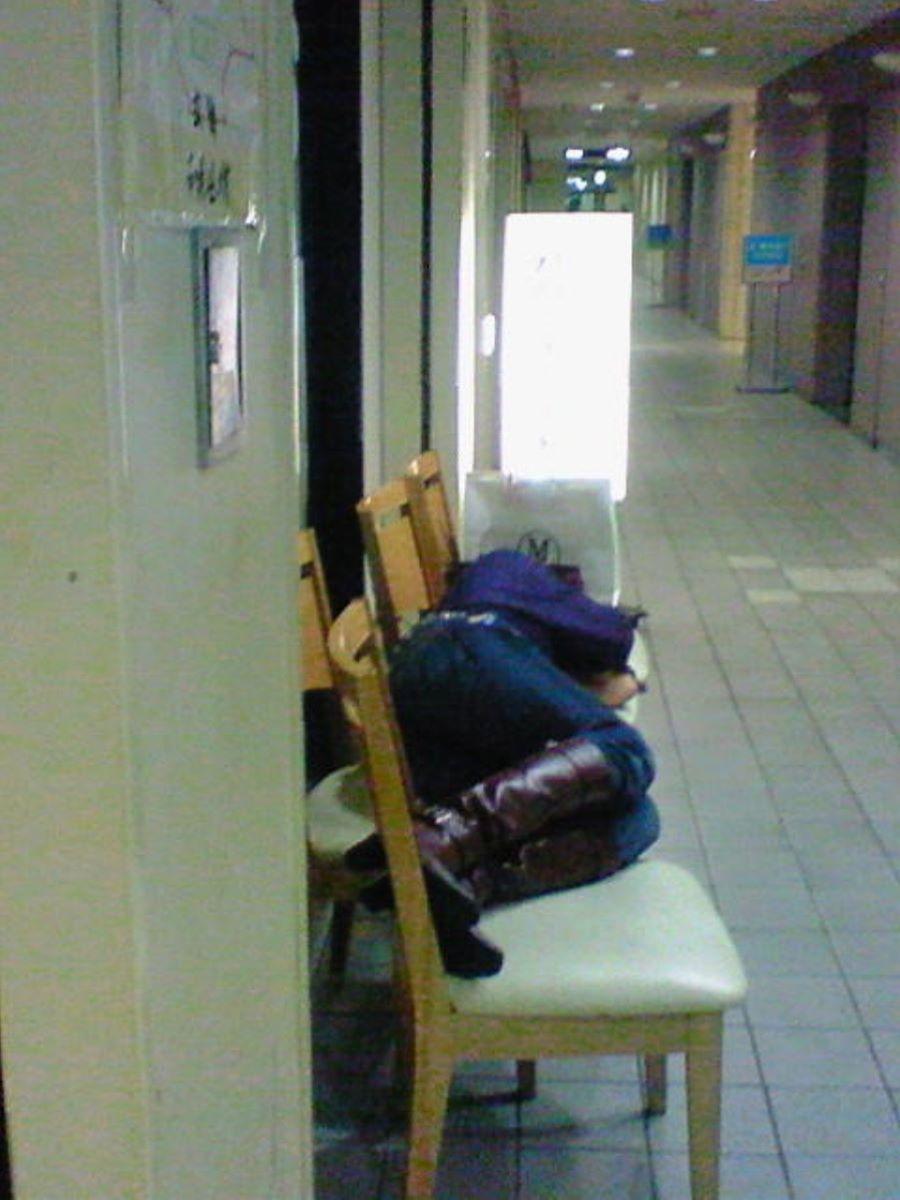 路上や電車で爆睡している泥酔した女のエロ画像 87
