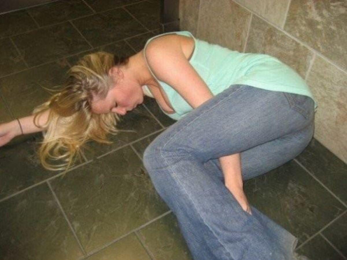 路上や電車で爆睡している泥酔した女のエロ画像 88