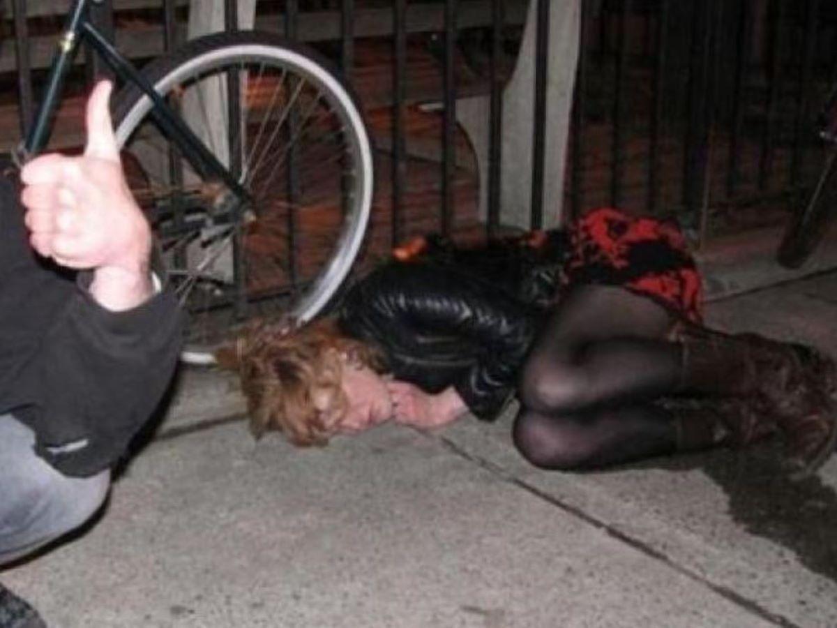 路上や電車で爆睡している泥酔した女のエロ画像 90