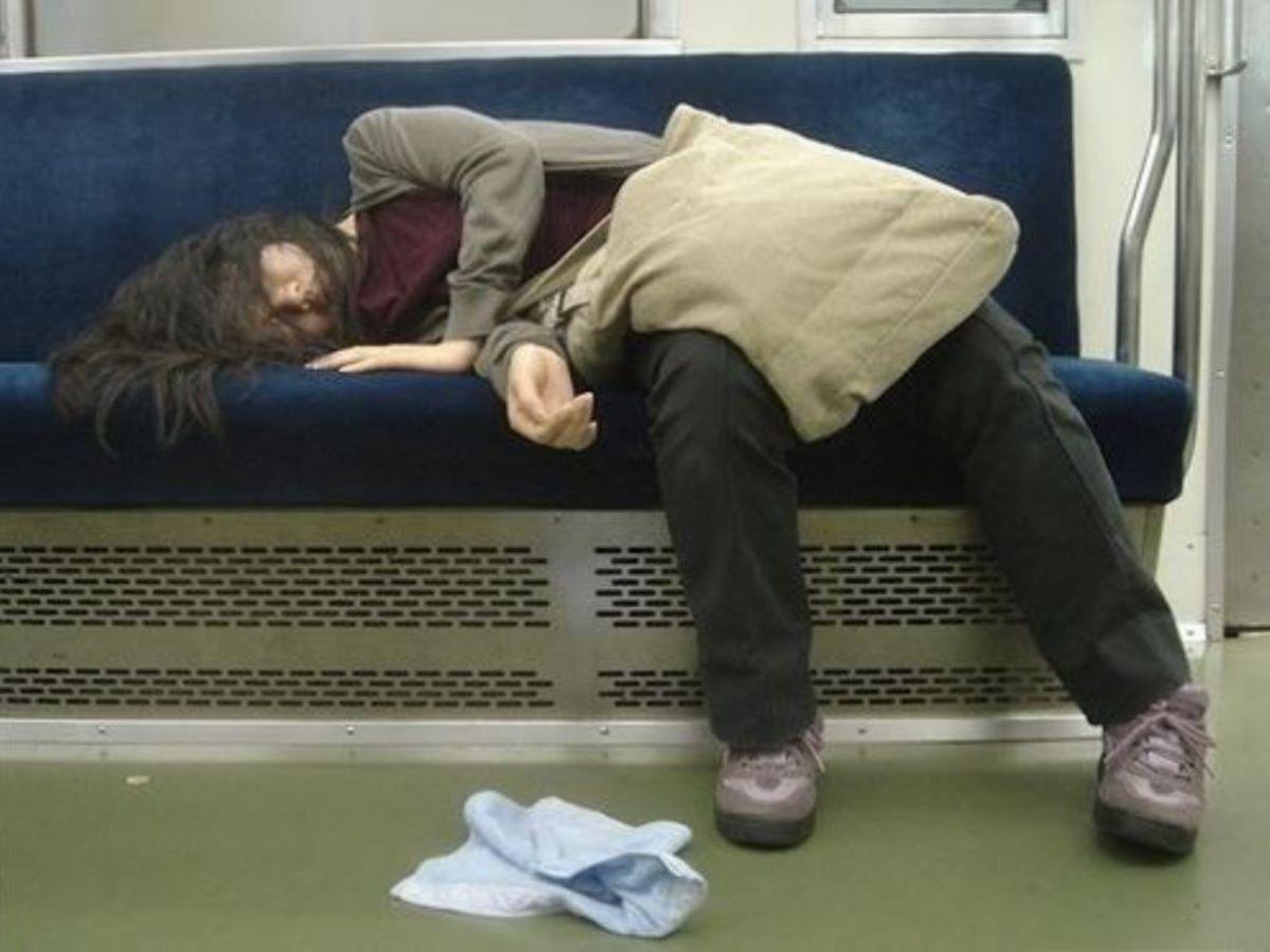 路上や電車で爆睡している泥酔した女のエロ画像 92