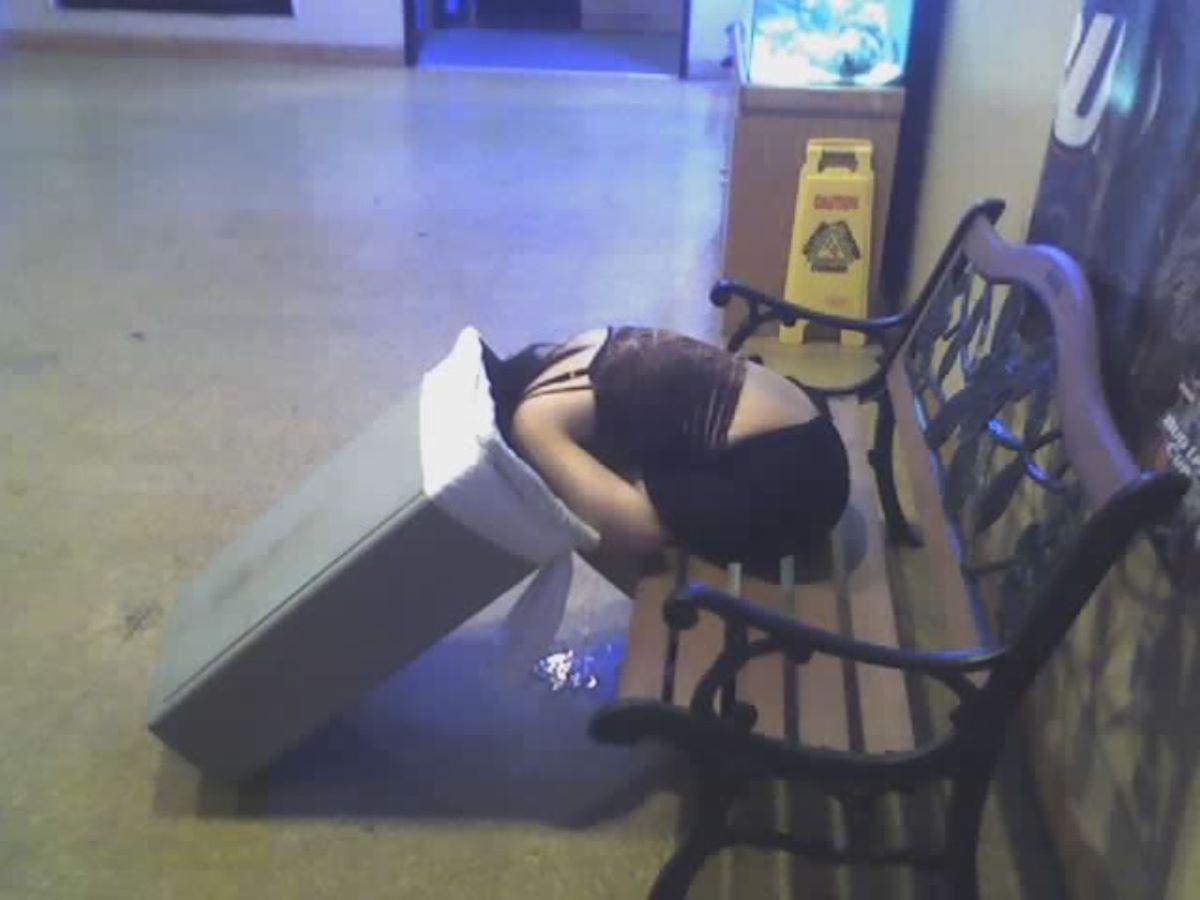 路上や電車で爆睡している泥酔した女のエロ画像 94