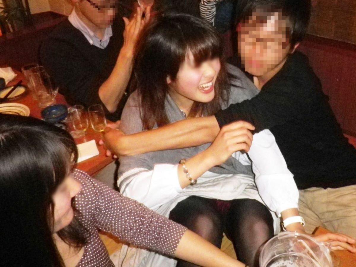酔っ払い女のパンチラ画像 1