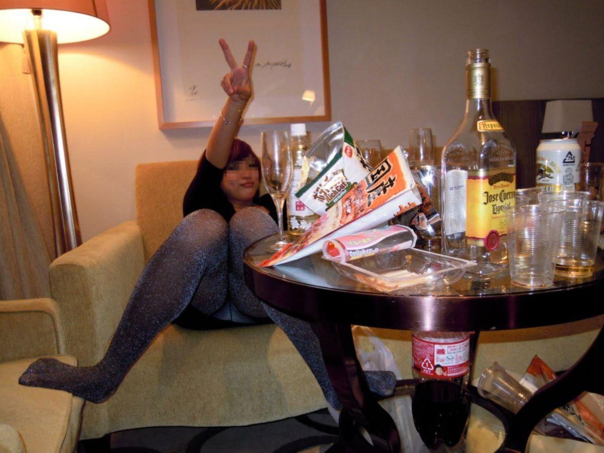 酔っ払い女のパンチラ画像 5