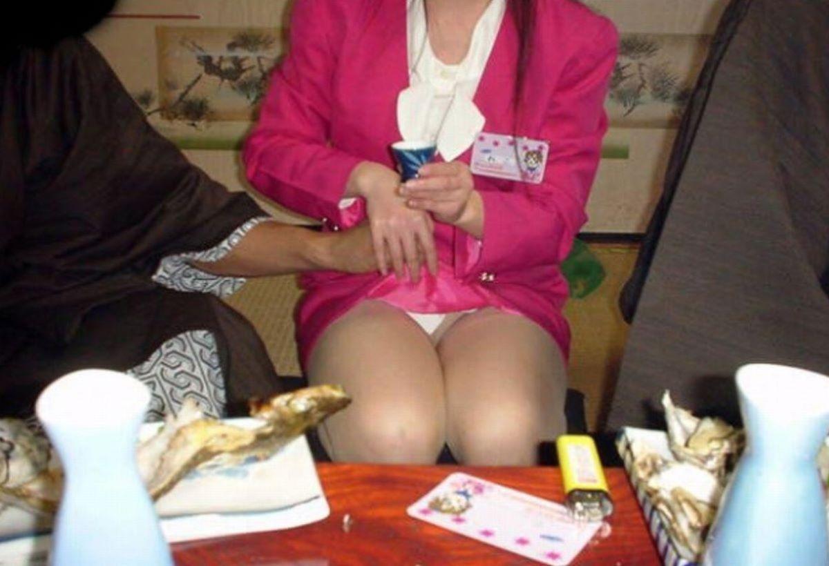 酔っ払い女のパンチラ画像 14