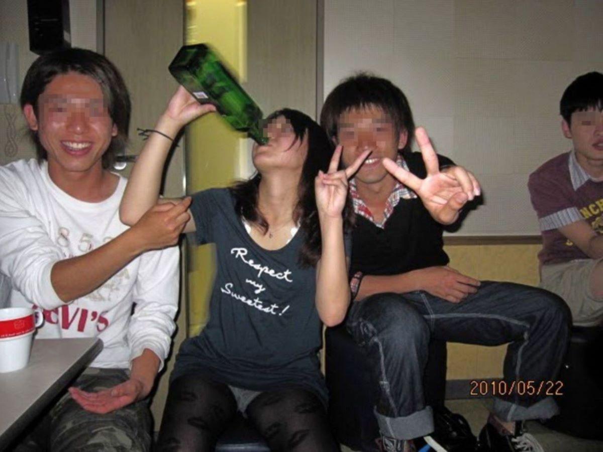 酔っ払い女のパンチラ画像 22