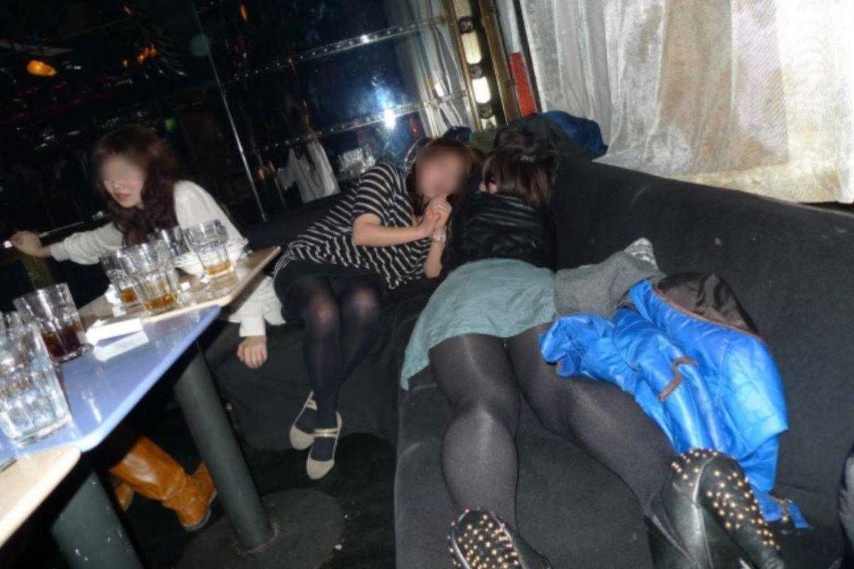 酔っ払い女のパンチラ画像 28