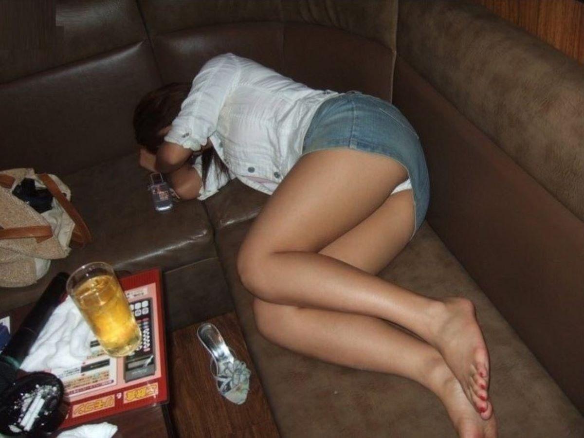 酔っ払い女のパンチラ画像 33