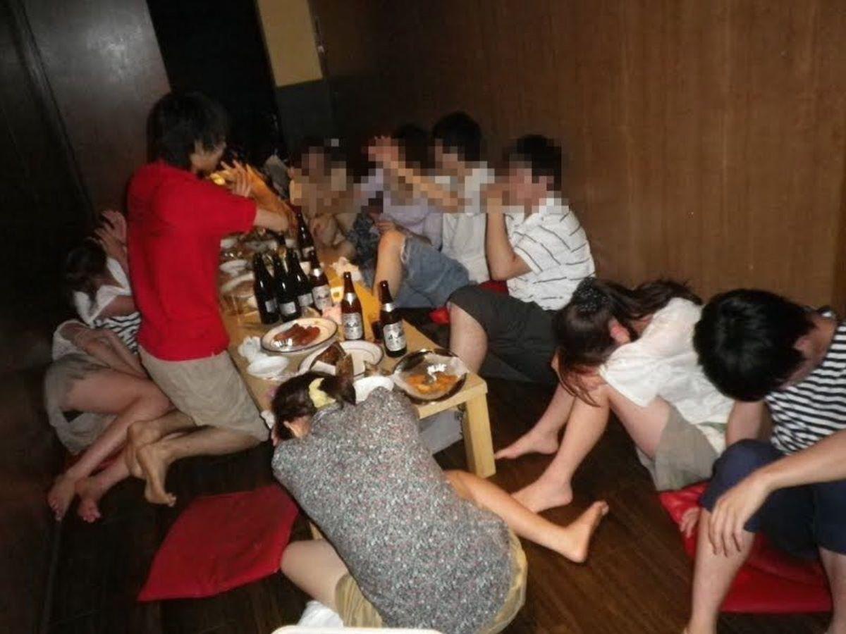酔っ払い女のパンチラ画像 61