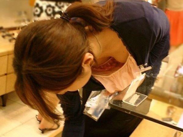 胸元 ゆるゆる ショップ店員 胸チラ エロ画像 2
