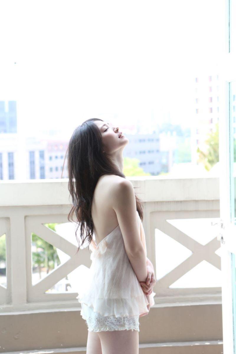 八重歯が可愛い鈴木愛理の水着グラビア画像 2