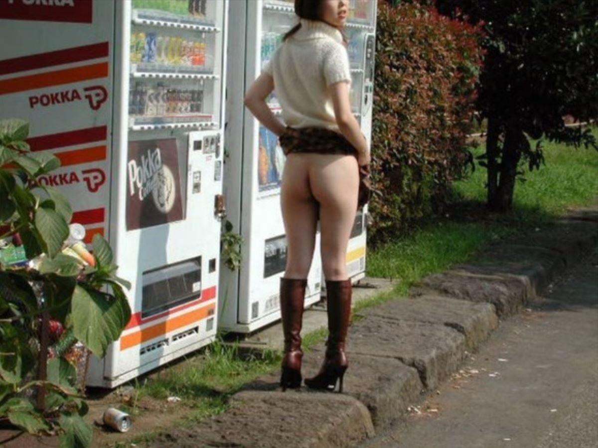 自動販売機前の野外露出画像 16