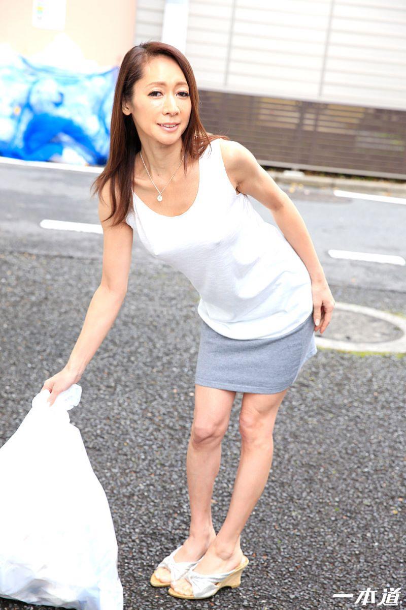 朝ゴミ出しするノーブラ熟女の無修正セックス画像 1