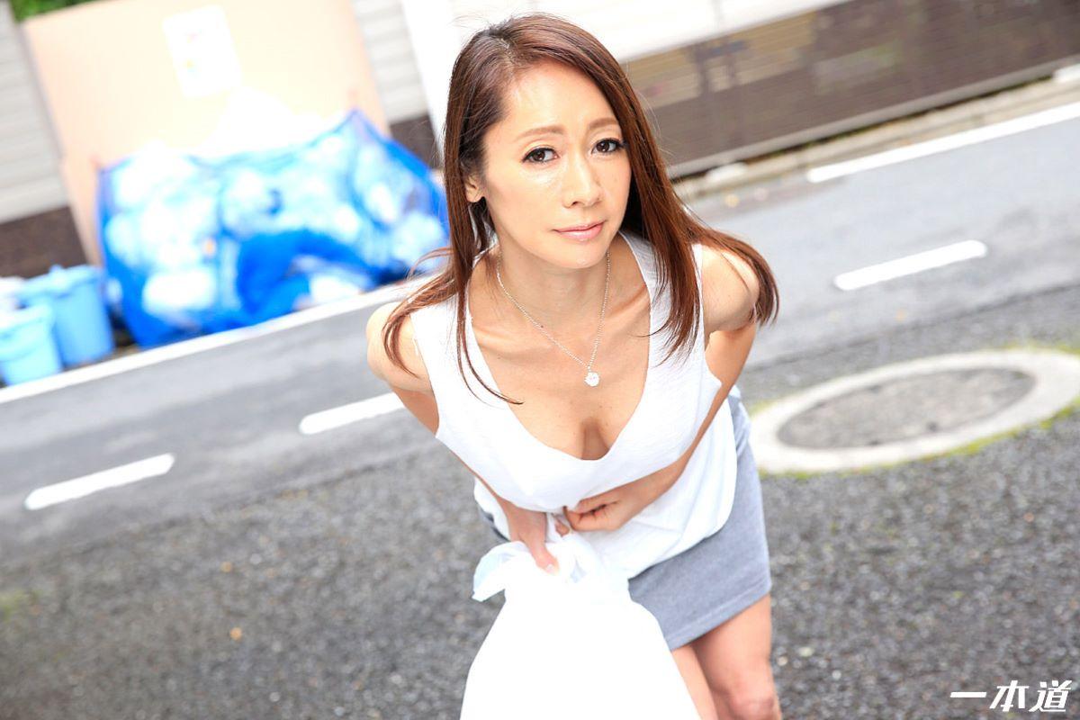 朝ゴミ出しするノーブラ熟女の無修正セックス画像 4