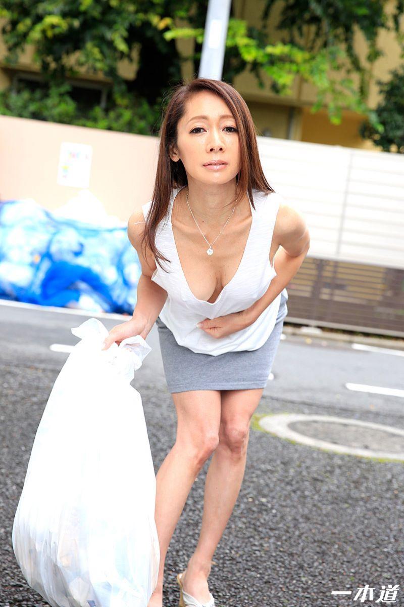 朝ゴミ出しするノーブラ熟女の無修正セックス画像 7