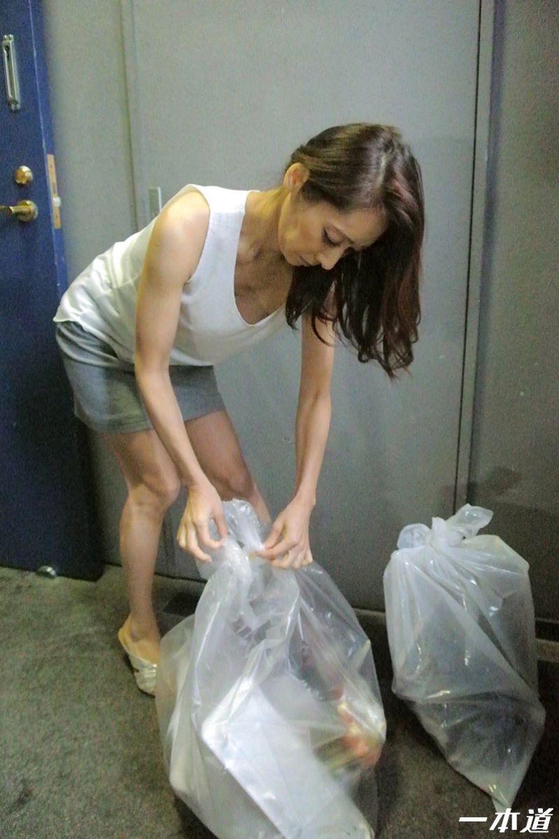 朝ゴミ出しするノーブラ熟女の無修正セックス画像 11