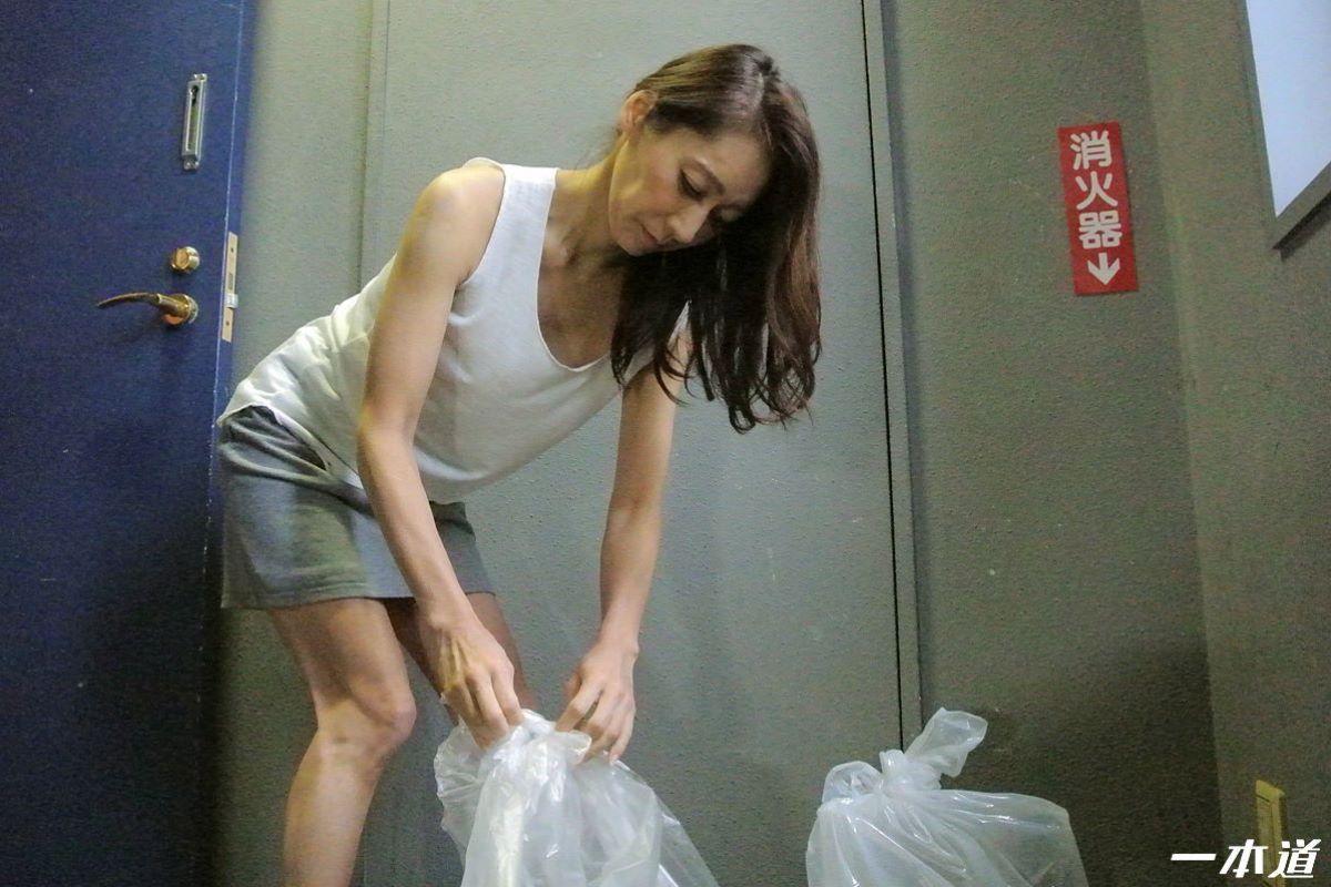 朝ゴミ出しするノーブラ熟女の無修正セックス画像 27