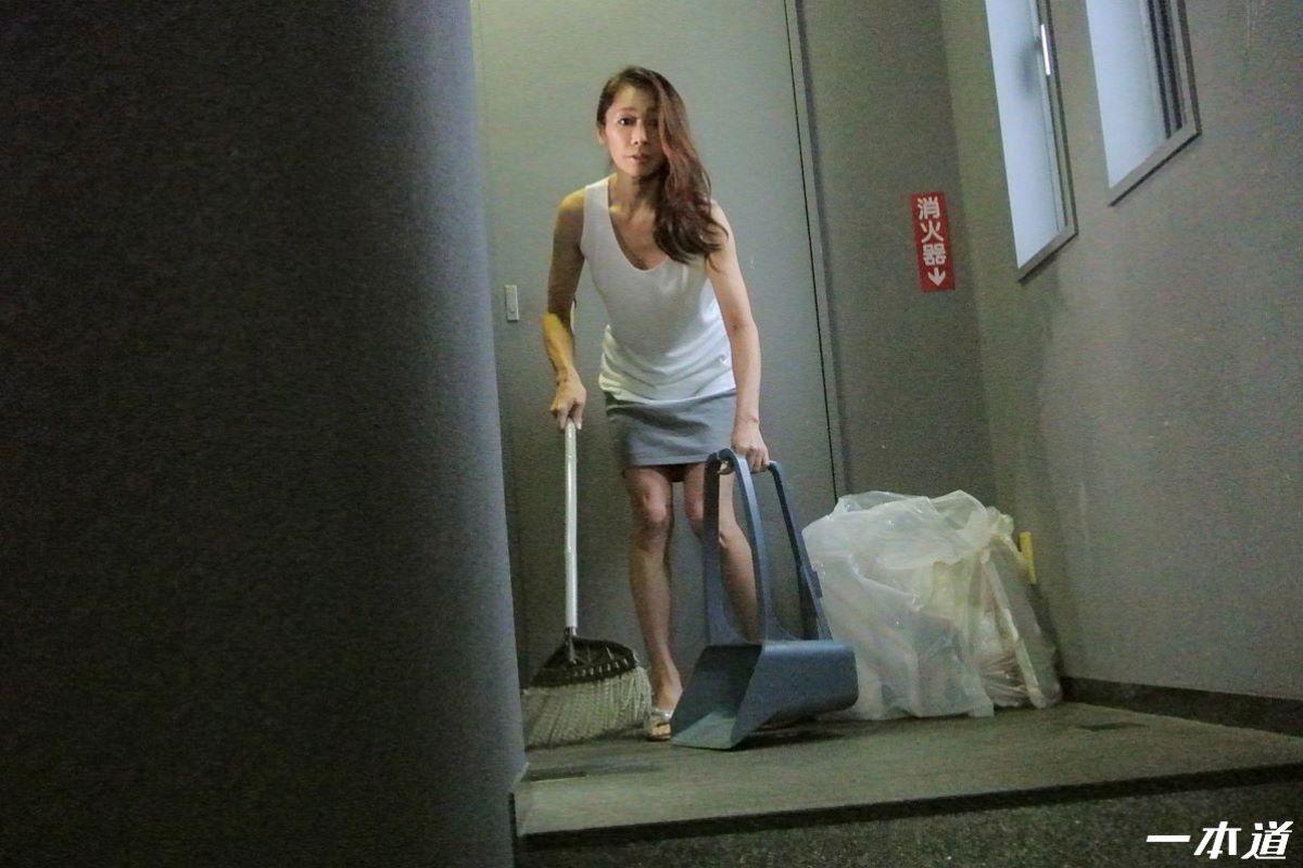 朝ゴミ出しするノーブラ熟女の無修正セックス画像 31