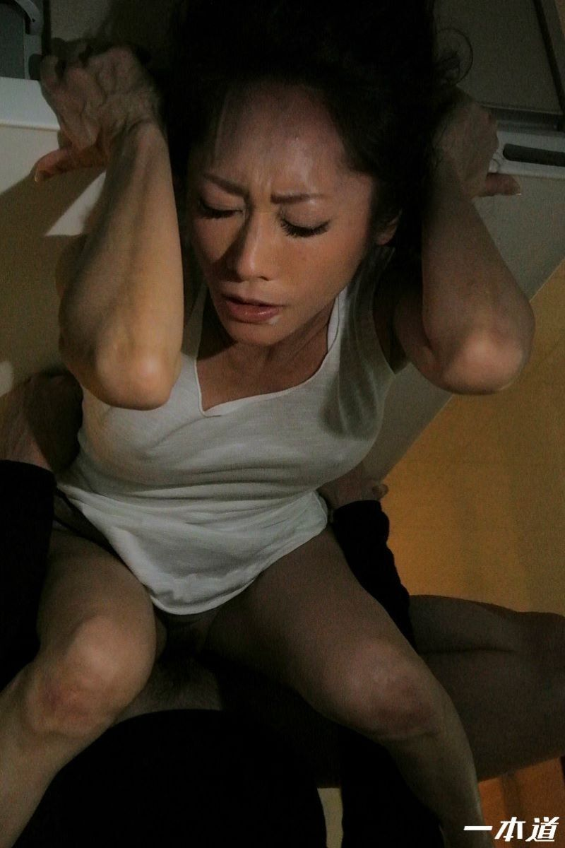 朝ゴミ出しするノーブラ熟女の無修正セックス画像 51