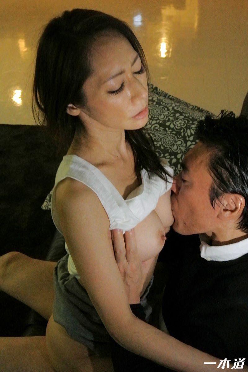 朝ゴミ出しするノーブラ熟女の無修正セックス画像 54