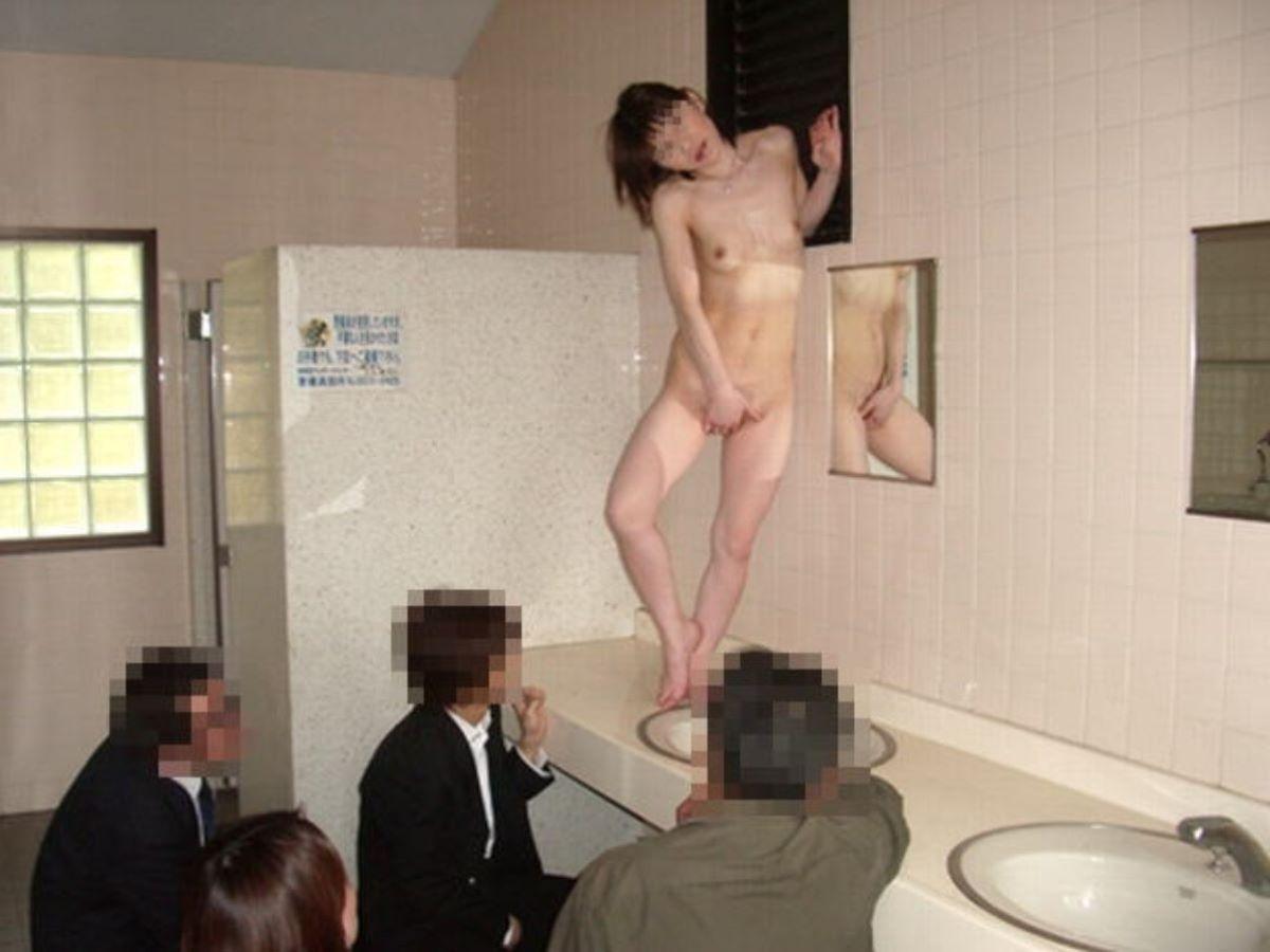 公衆トイレ 便器舐め エロ画像 1