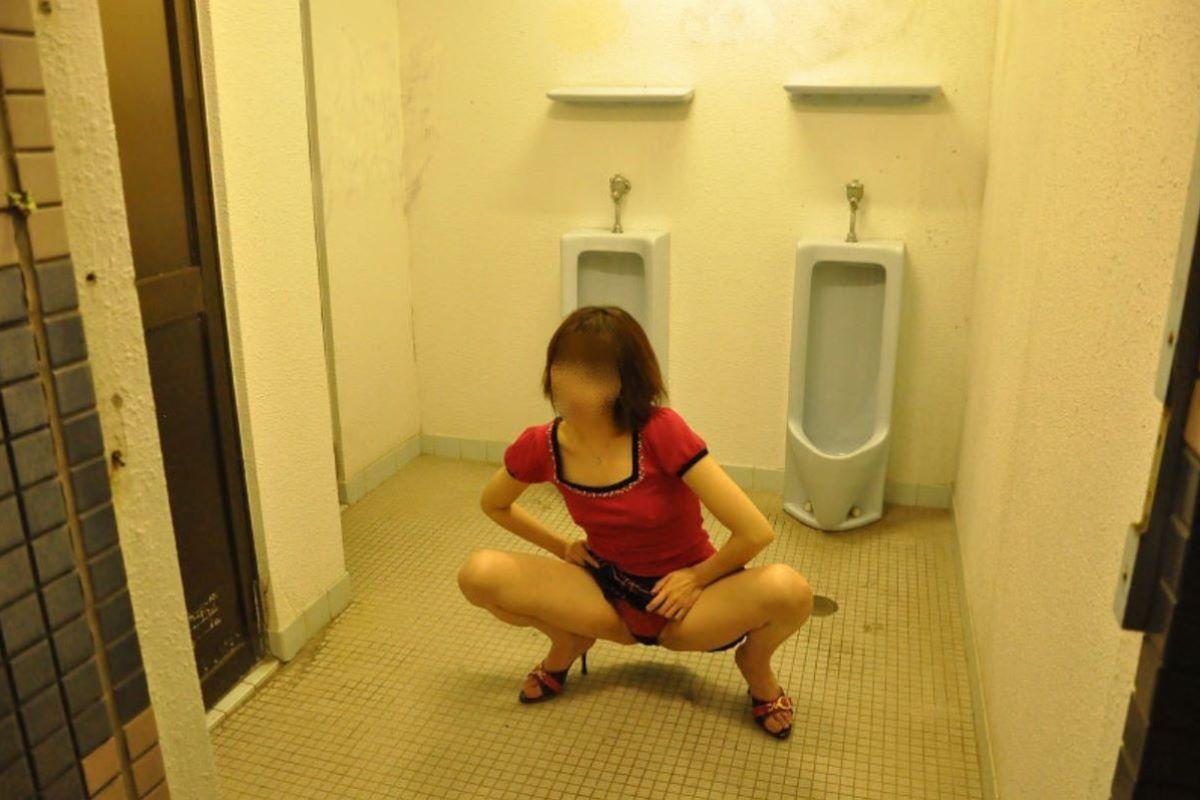 公衆トイレ 便器舐め エロ画像 49