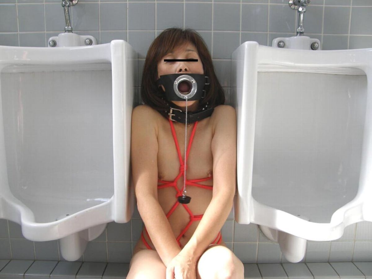 公衆トイレ 便器舐め エロ画像 58