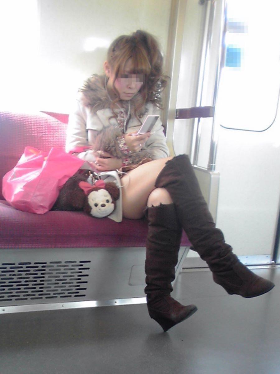 電車内 足組み 太もも画像 32