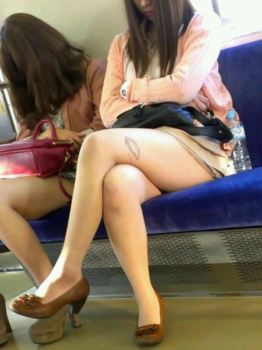 電車内 足組み 太もも画像 40