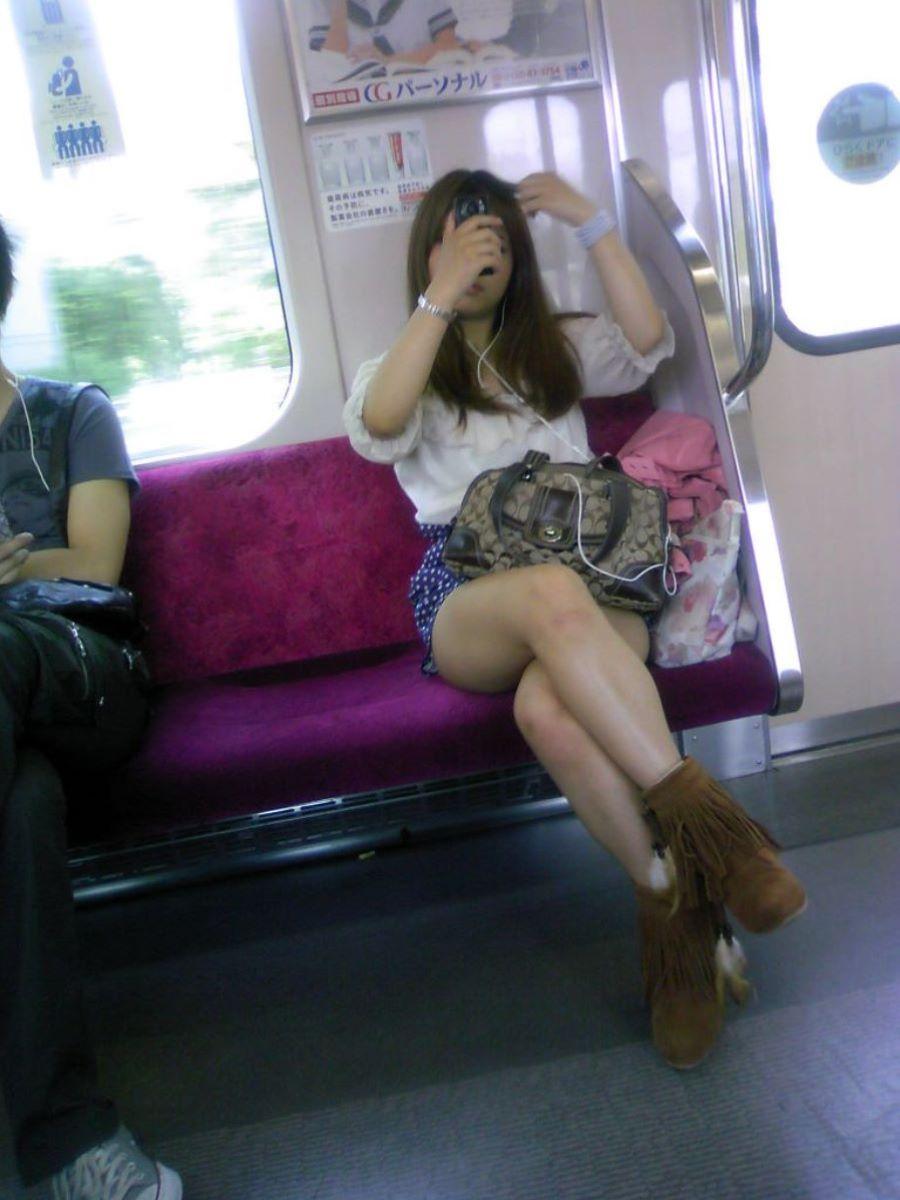 電車内 足組み 太もも画像 45
